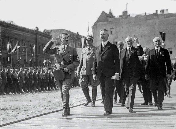 Ялмар Шахт (Hjalmar Schacht) и Адольф Гитлер на параде