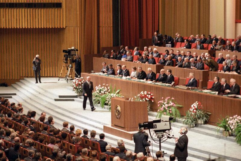 XXVII съезд КПСС (1986 год) — Горбачёв выходит на трибуну